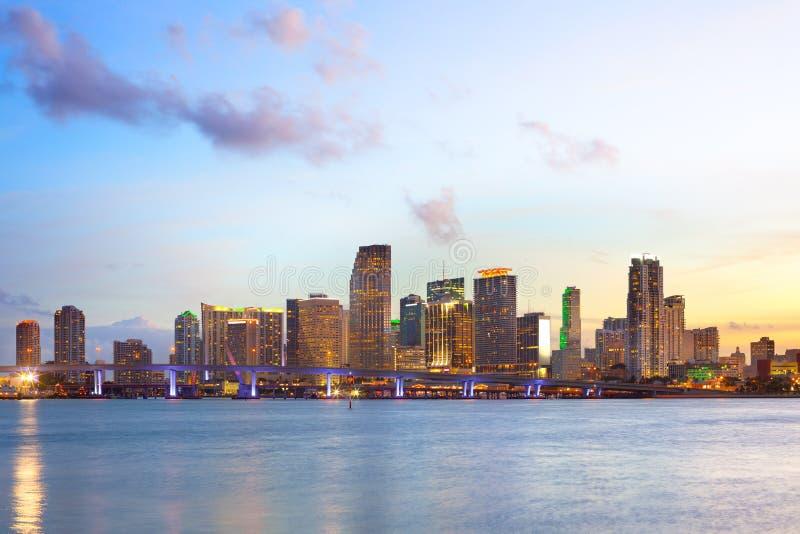 Horizon de Miami du centre au crépuscule images stock