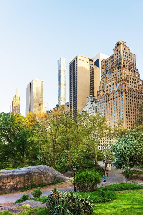 Horizon de Midtown Manhattan dans le Central Park est au coucher du soleil NYC images stock