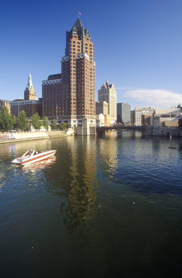 Horizon de Milwaukee avec la rivière de Menomonee dans le premier plan, WI photo libre de droits