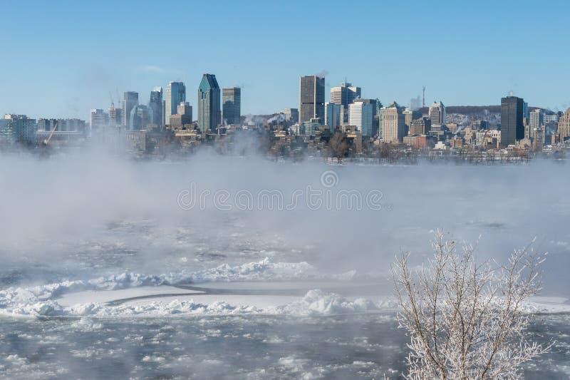 Horizon de Montréal et St Lawrence River en hiver images stock