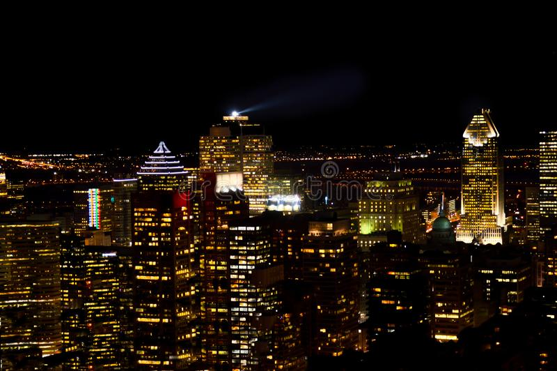 Horizon de Montréal la nuit au Québec photos stock