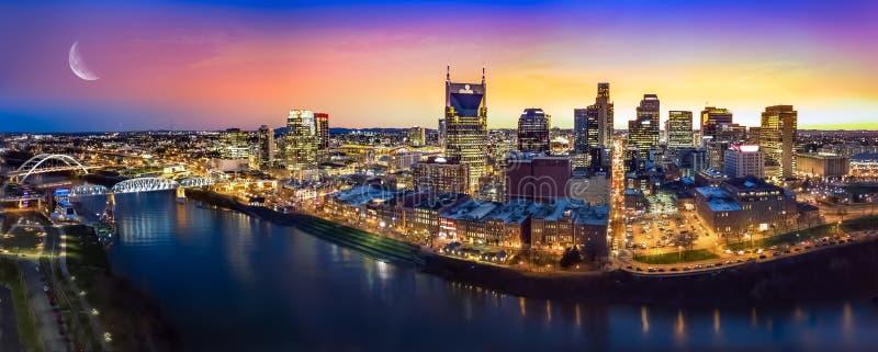 Horizon de Nashville avec la lune images stock