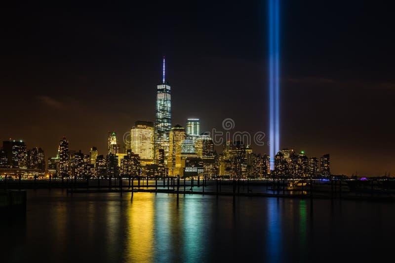 Horizon de New York avec l'hommage dans les lumières images stock