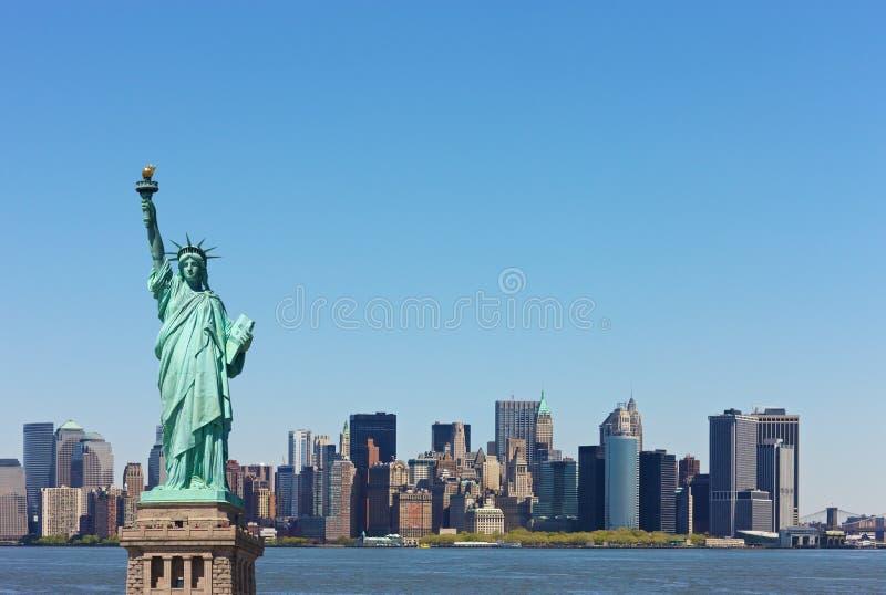 Assez Horizon De New York Avec Le Statut De La Liberté Image stock  FP62
