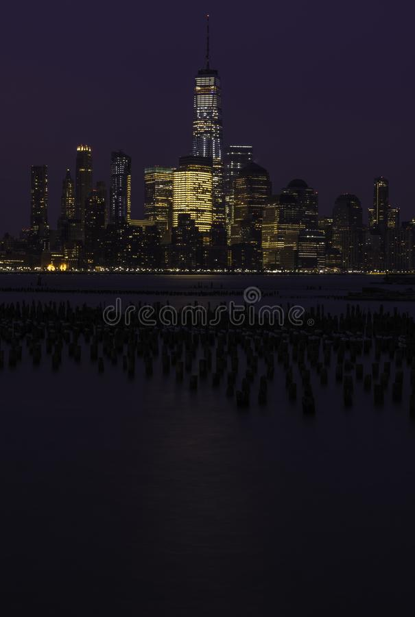 Horizon de New York City au lever de soleil image libre de droits