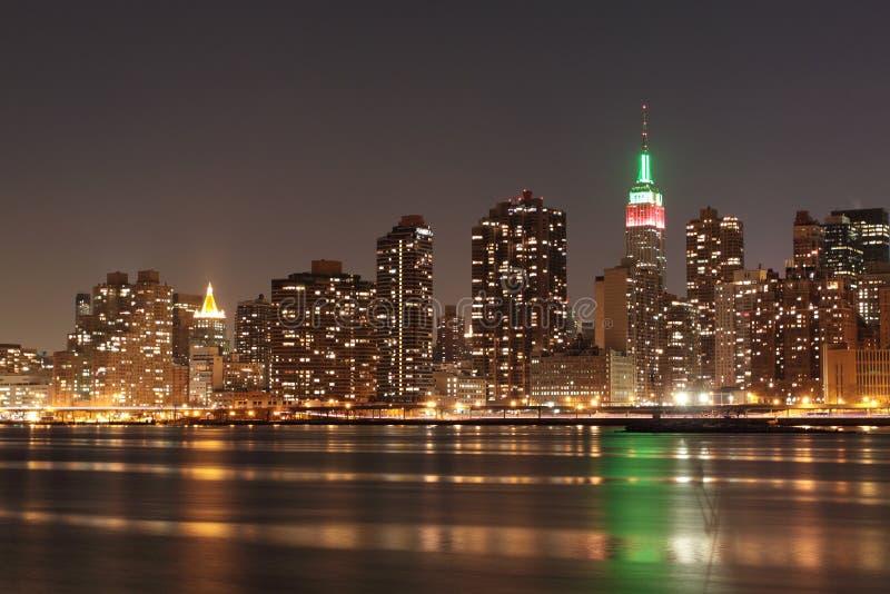 Horizon de New York City aux lumières de nuit image stock