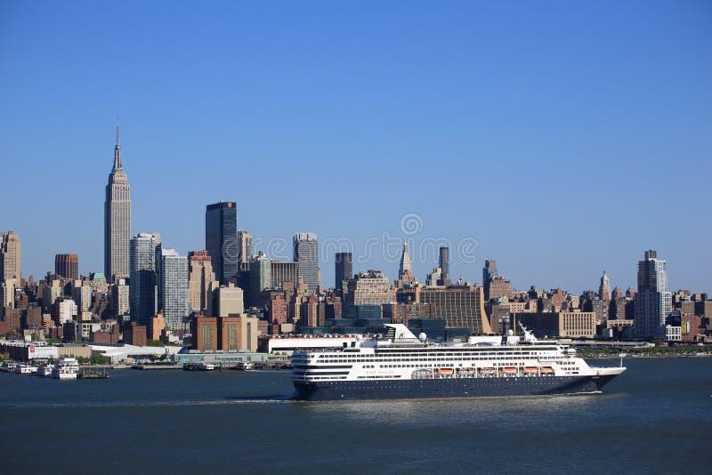 Horizon de New York City et bateau de croisière image libre de droits