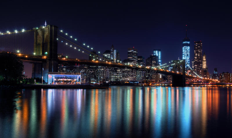 Horizon de New York City la nuit photographie stock libre de droits