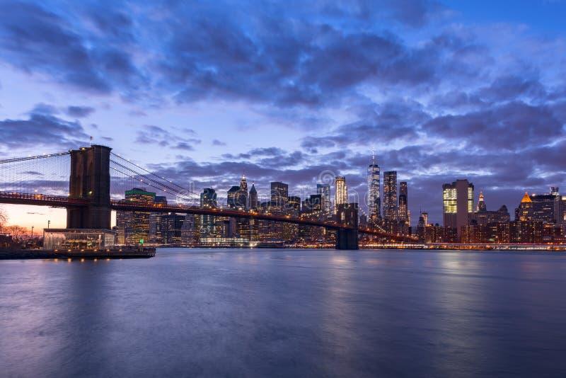 Horizon de New York City la nuit photo libre de droits