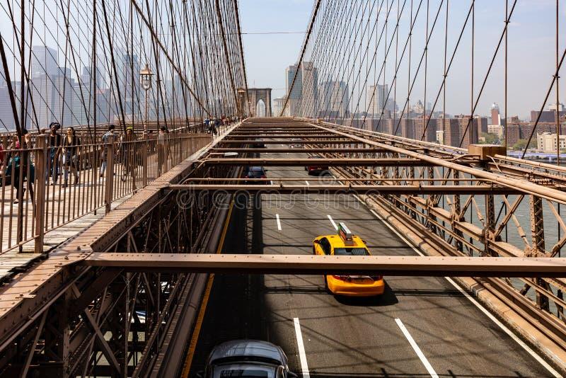 Horizon de New York City de pont de Brooklyn Jour ensoleillé pendant le printemps images stock