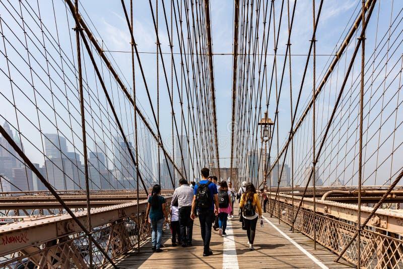 Horizon de New York City de pont de Brooklyn Marche de personnes images stock