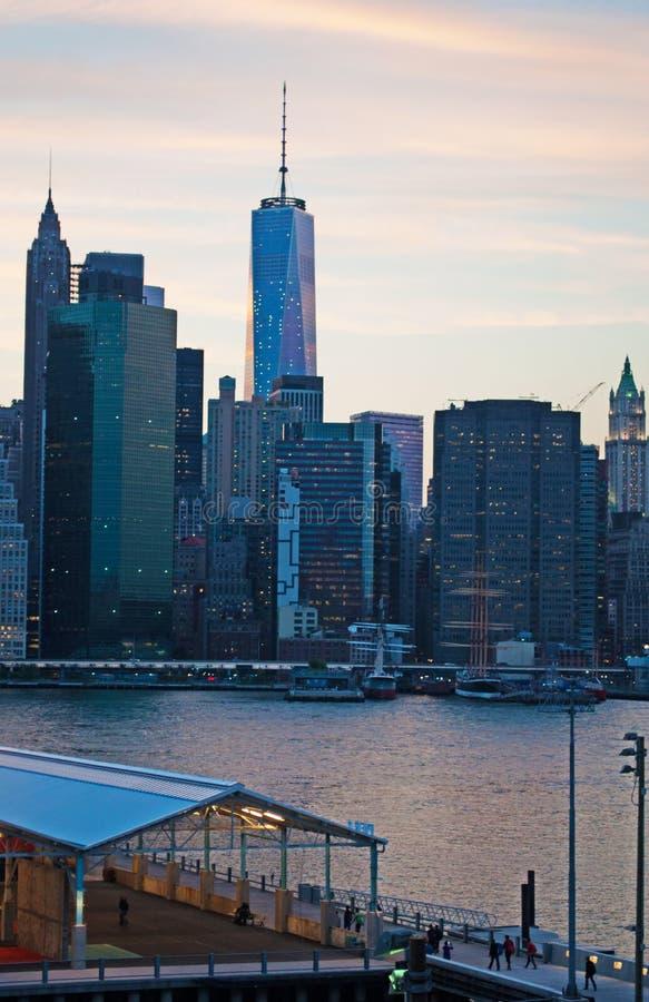 Horizon de New York City vu de la promenade de Brooklyn Heights après coucher du soleil, lumières photo stock