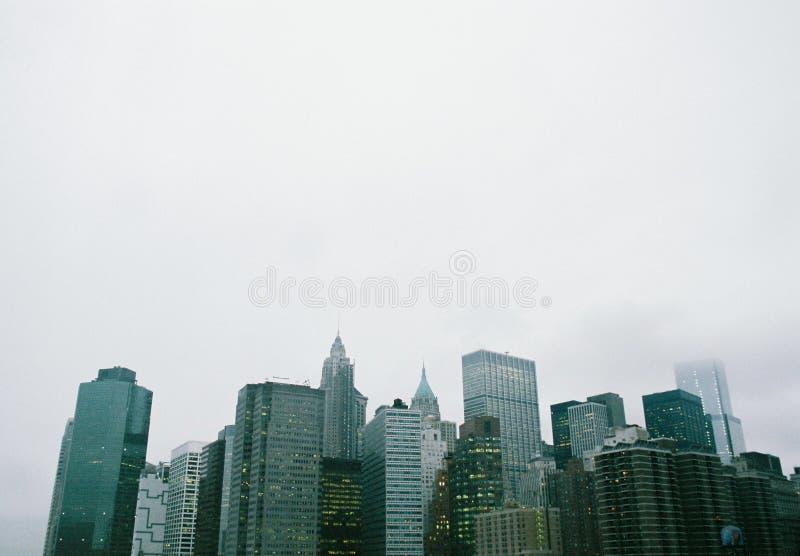 Horizon de New York, vu du pont de Brooklyn photo stock