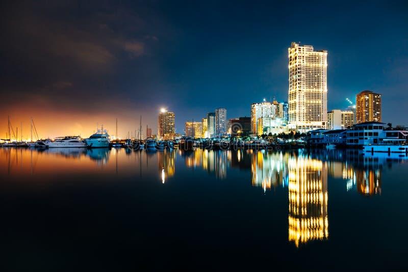 Horizon de nuit de baie de ville de Manille et de Manille, Philippines photos libres de droits