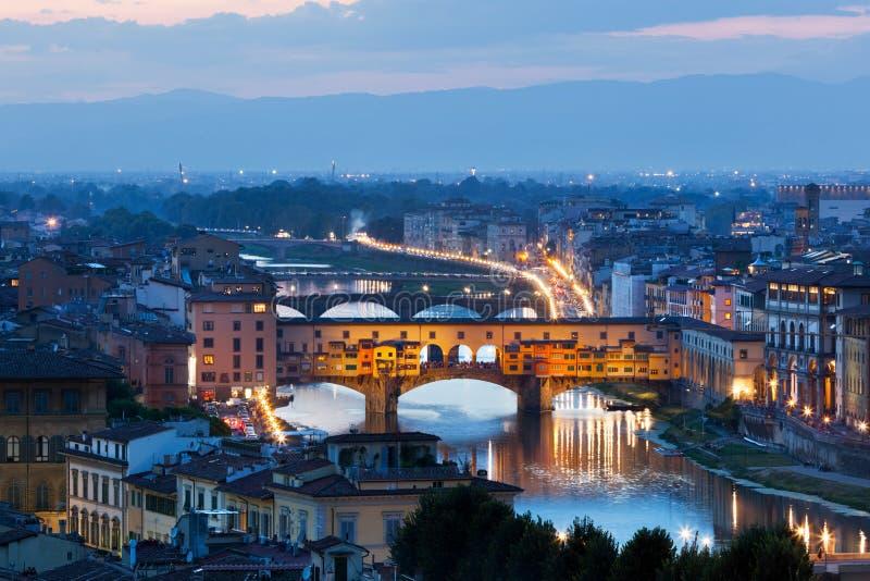 Horizon de nuit de Florence, Italie Pont de Ponte Vecchio au-dessus de rivière de l'Arno photos libres de droits