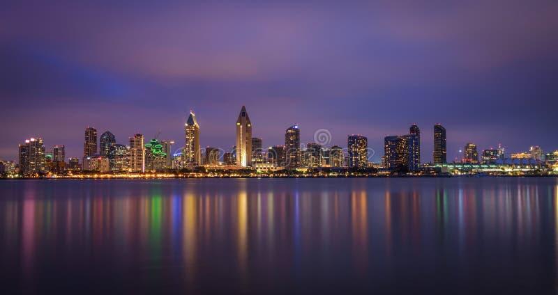 Horizon de nuit de San Diego du centre, la Californie image libre de droits
