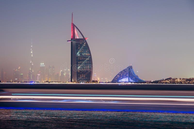 Horizon de nuit de Dubaï, Emirats Arabes Unis photos stock
