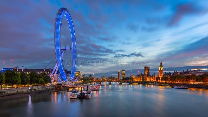 Horizon de palais de la Tamise, Westminster et de Londres dans l'Eveni photos stock