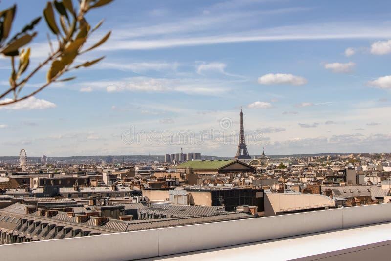 Horizon de Paris avec une vue sur Tour Eiffel d'une barre de dessus de toit photo stock