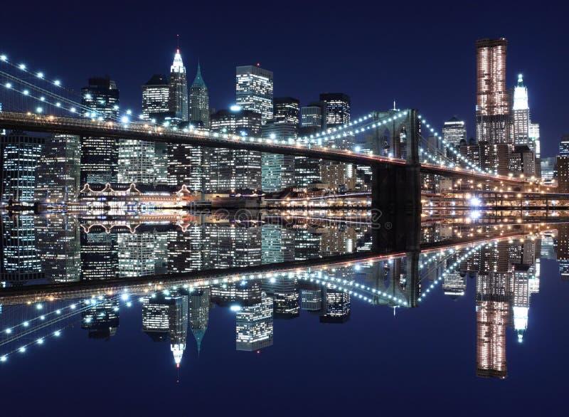 Horizon de passerelle et de Manhattan de Brooklyn la nuit photo stock