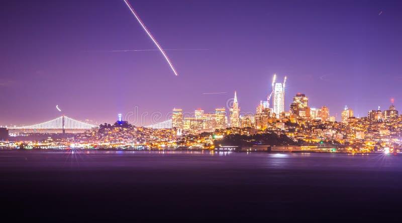 Horizon de paysage urbain de San Francisco la Californie la nuit image libre de droits