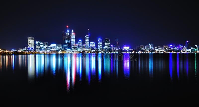 Horizon de Perth par nuit images stock