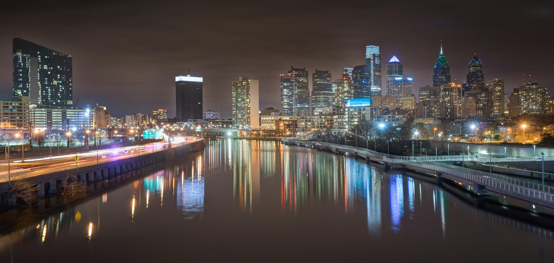 Horizon de Philadelphie la nuit photographie stock libre de droits