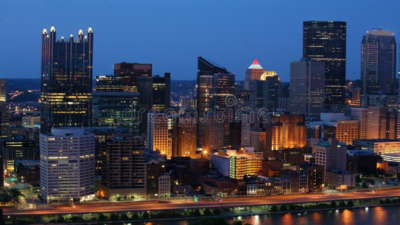Horizon de Pittsburgh, Pennsylvanie au crépuscule images stock