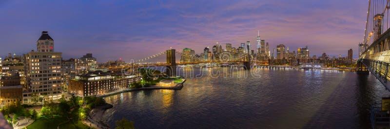 Horizon de pont et de Lower Manhattan de Brooklyn la nuit, New York City, Etats-Unis photographie stock libre de droits
