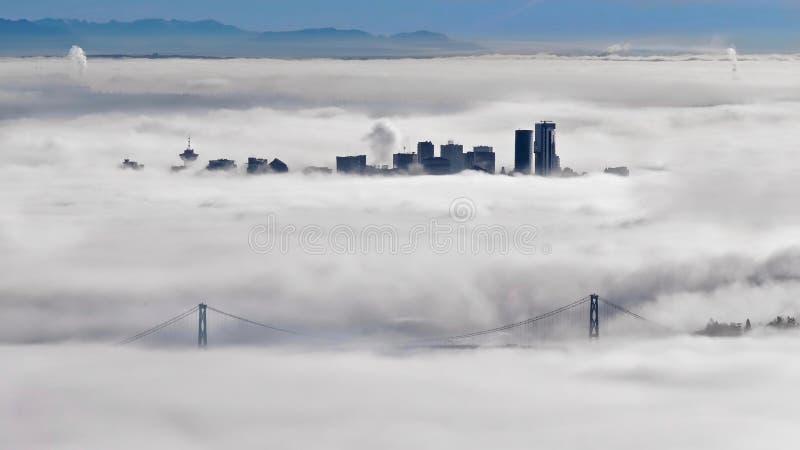 Horizon de pont et de Vancouver en porte de lions dans le matin brumeux en hiver photos stock