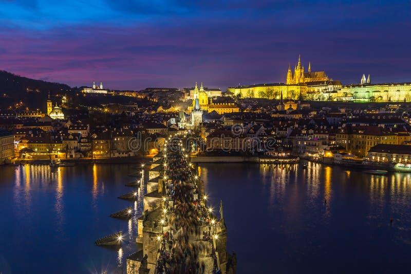 Horizon de Prague au crépuscule photographie stock libre de droits