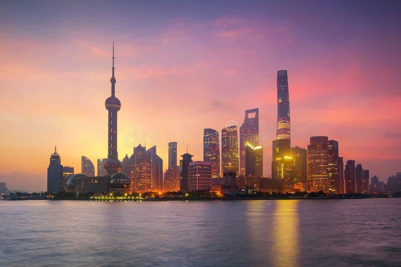 Horizon de Pudong au lever de soleil image stock