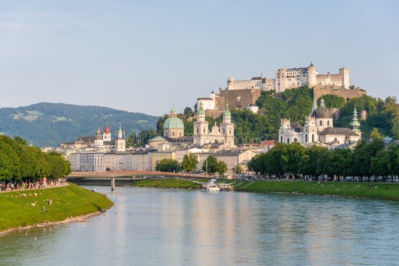 Horizon de Salzbourg avec la rivière de forteresse et de Salzach de Hohensalzburg en été, Autriche photographie stock libre de droits