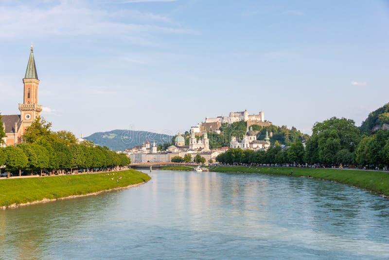 Horizon de Salzbourg avec la rivière de forteresse et de Salzach de Hohensalzburg en été, Autriche photos stock