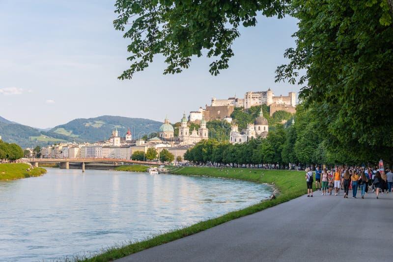 Horizon de Salzbourg avec la rivière de forteresse et de Salzach de Hohensalzburg en été, Autriche image libre de droits