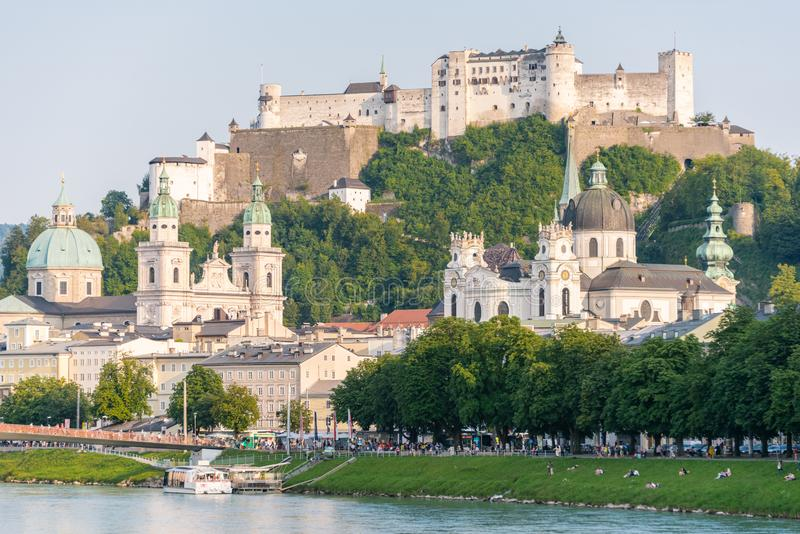 Horizon de Salzbourg avec la rivière de forteresse et de Salzach de Hohensalzburg en été, Autriche images libres de droits