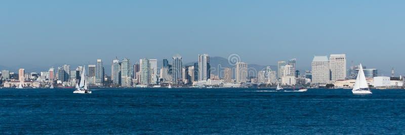 Horizon de San Diego d'après-midi avec des voiliers images stock