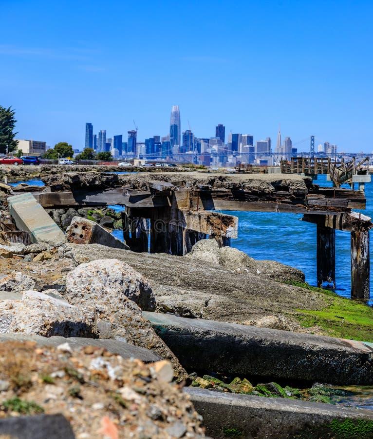 Horizon de San Francisco avec le dock cassé dans le premier plan photo stock