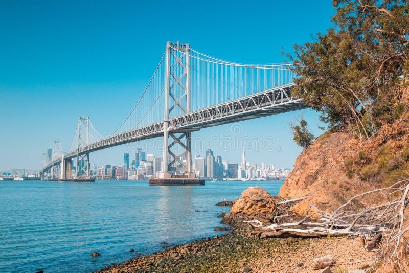 Horizon de San Francisco avec le pont de baie d'Oakland, la Californie, Etats-Unis photo stock