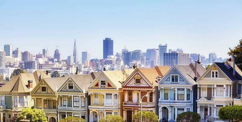 Horizon de San Francisco avec les maisons peintes célèbres de dames, Etats-Unis photo libre de droits