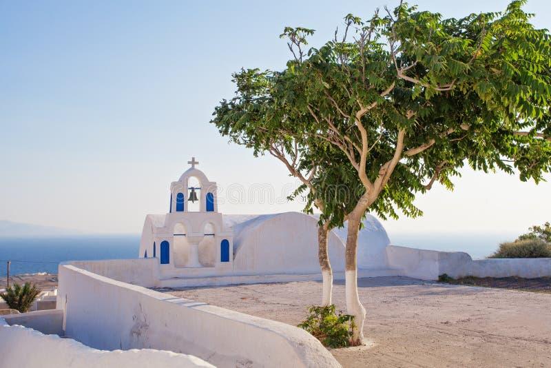 Horizon de Santorini avec l'arbre d'été, le ciel bleu et la tour de cloche image libre de droits