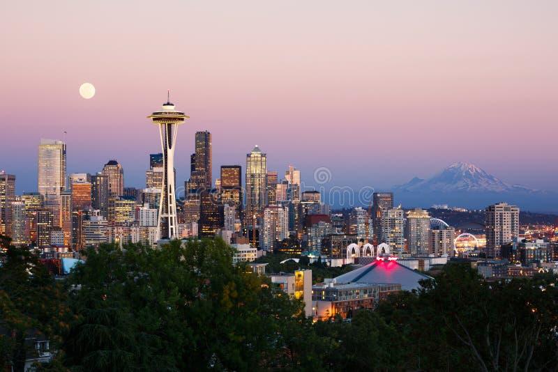 Horizon de Seattle au crépuscule image stock
