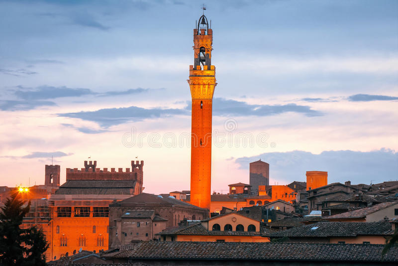 Horizon de Sienne avec Torre del Mangia célèbre au coucher du soleil tuscany l'Italie images libres de droits