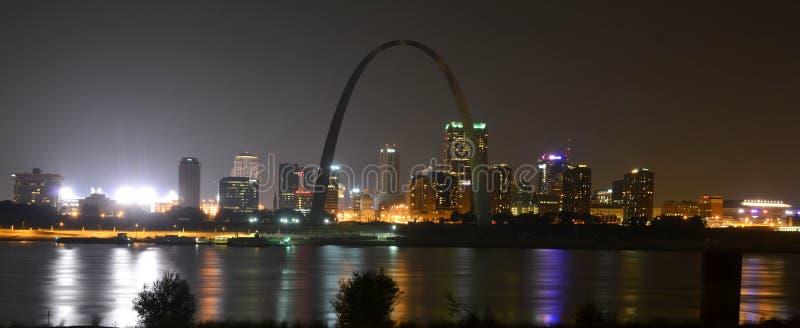 Horizon de St Louis la nuit photos stock