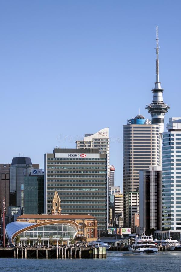 Horizon de terminal et de ville de port de croisière d'Auckland images libres de droits