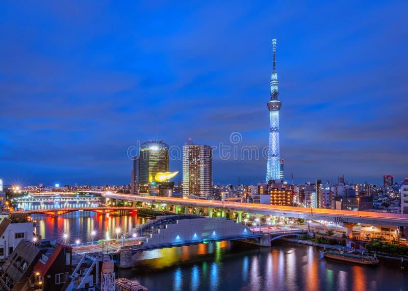 Horizon de Tokyo et vue des gratte-ciel sur l'hôtel de toit près de la somme images stock