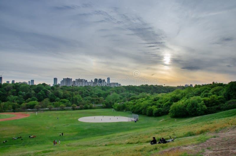 Horizon de Toronto, en centre ville avec le coucher du soleil au printemps image stock