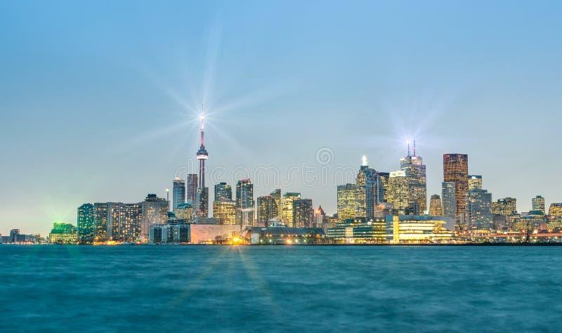 Horizon de Toronto par la nuit - heure bleue après coucher du soleil images stock