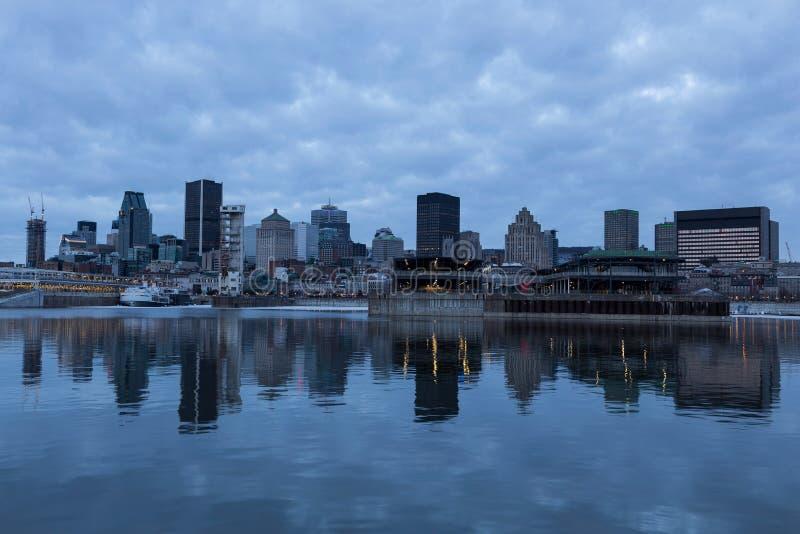 Horizon de van de binnenstad die van Montreal in de St Lawrence rivier wordt weerspiegeld stock fotografie