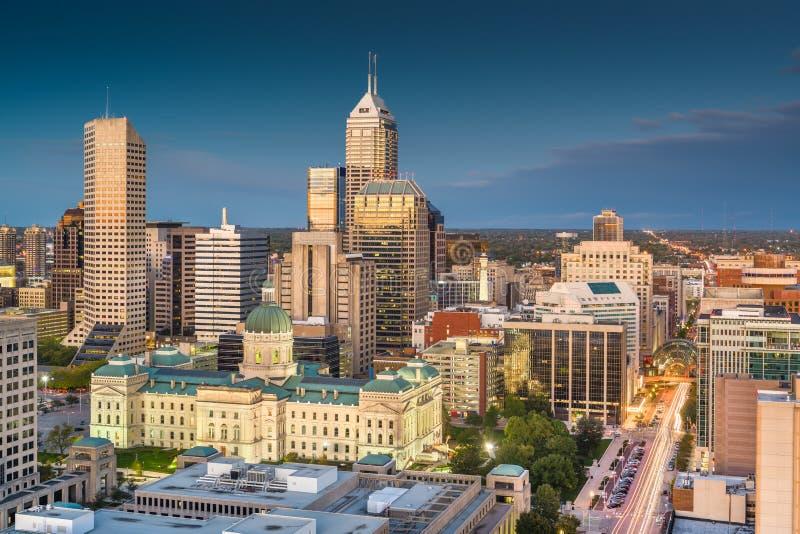 Horizon de van de binnenstad van Indianapolis, Indiana, de V.S. bij schemering van hierboven stock foto's
